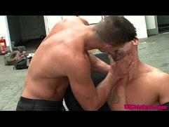 Muscular english benders sucking willy